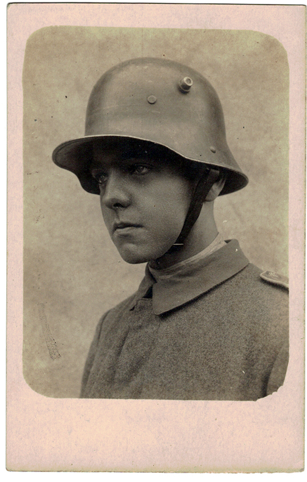 Carte photo Jeune Soldat Allemand - Stahlhelm - photographie Guerre 14/18