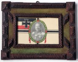 Objet de tranchée - Cadre bois - Le Kaiser - Guerre 14/18.  Jolie cadre sculpté. Imagerie militaire portrait du Kaiser et du drapeau Allemand.  Guerre 14/18. Alsace.