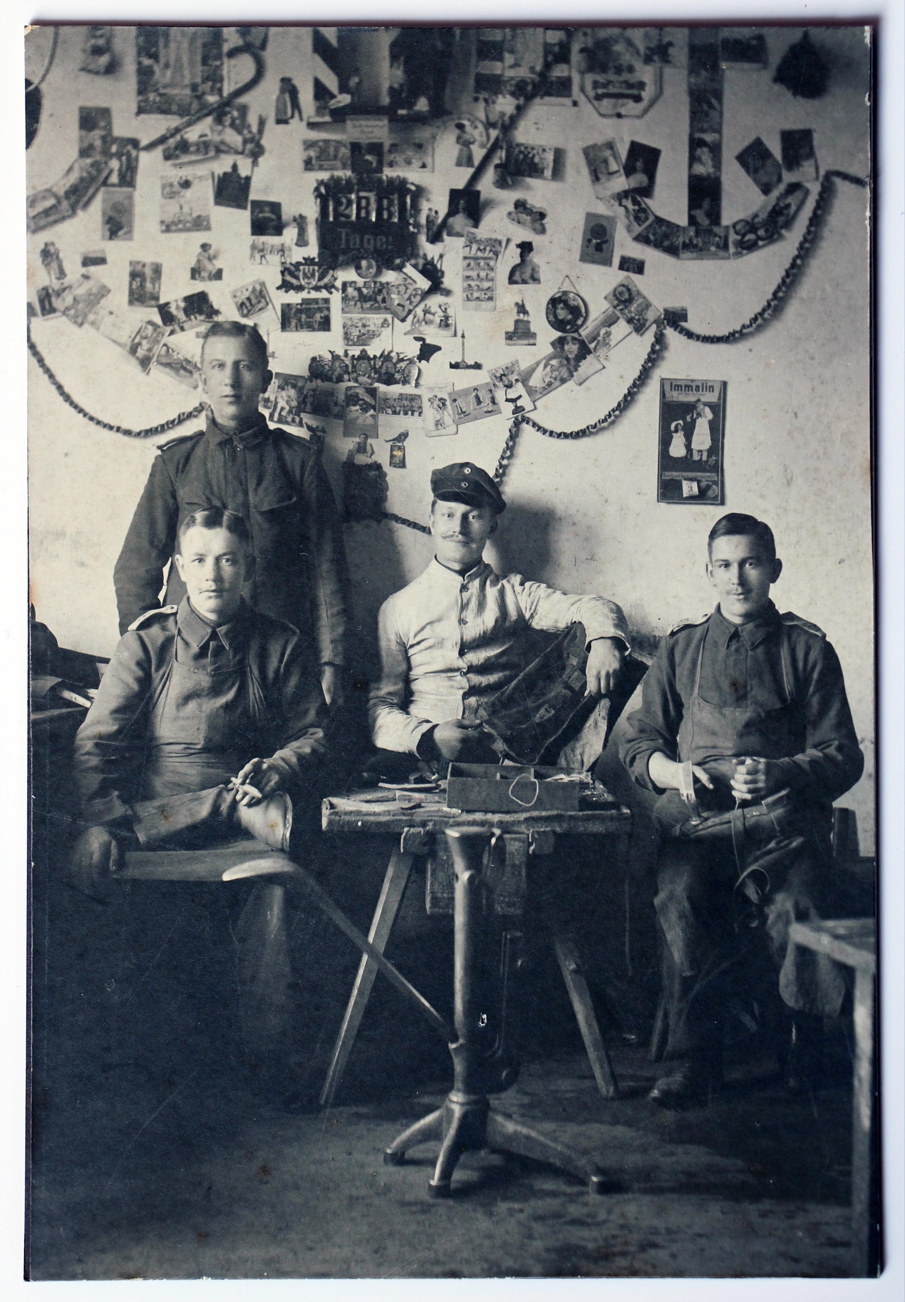 Carte CDV Photo Soldat Allemand Infanterie - Service Militaire - Caserne - 288 Tage - Chambrée - Cordonnier militaire