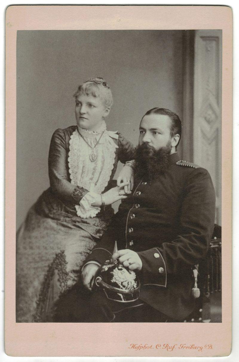 Carte CDV photo - Grand format - Soldat Allemand Freiburg fin XIX début XX en compagnie de sa femme. Casque à pointe.