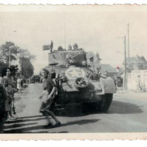 3 Photos Snapshot - 1944 - Libération - France - GI - Village français - Char - Sherman