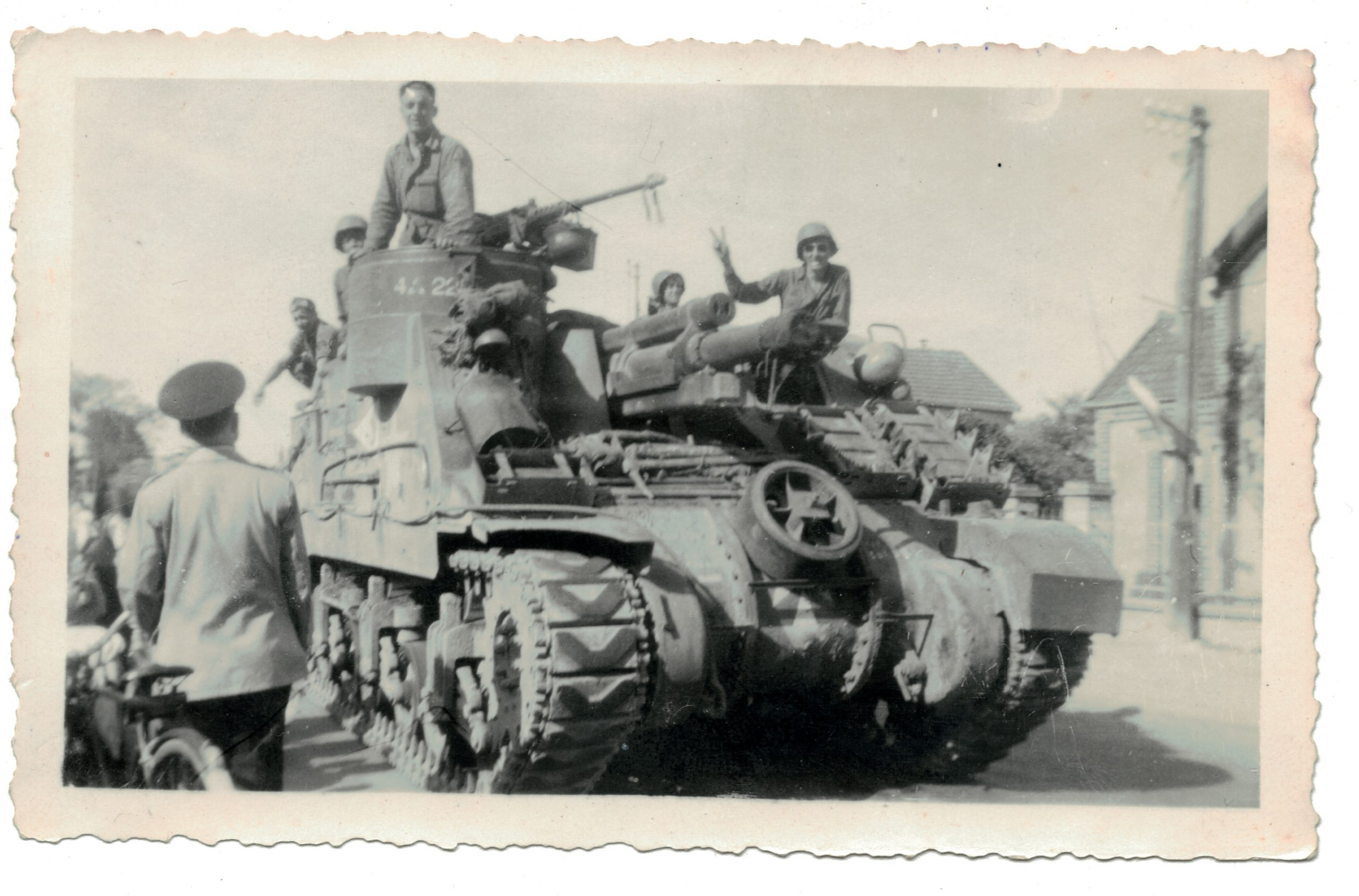 3 Photos Snapshot - 1944 - Libération - France - GI - Village français - Char - Sherman