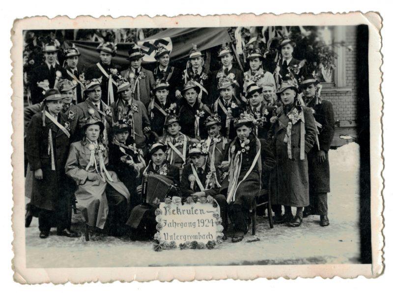 1 Photo papier originale - Conscription - Conscrit militaire - Soldat - Drapeau - Tirage au sort - Allemagne - Folklore - Accordéon - Untergrombach