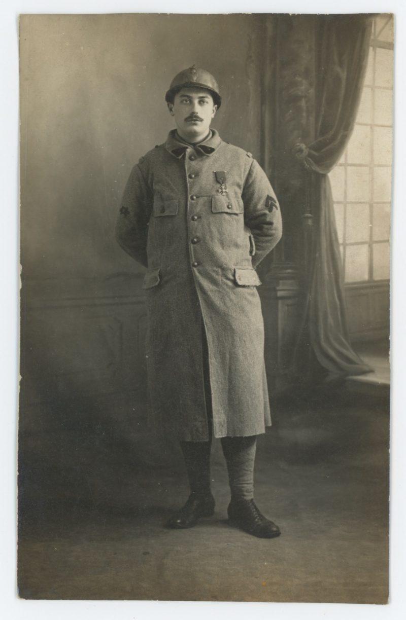 Carte photo Soldat Français - Casque Adrien - Photographie Guerre 14/18 - Poilu - Médaille Militaire