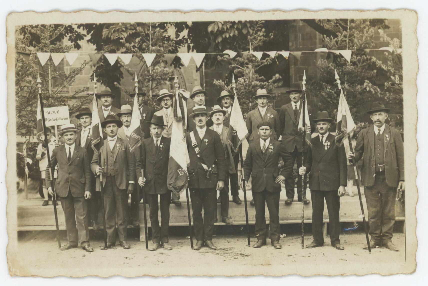 1 Carte Photo papier originale - Anciens Combattants - Guerre 14/18 - Soldat - drapeau - Blodelsheim - Alsacien/Lorrain - Folklore - Médaille - Croix de Guerre