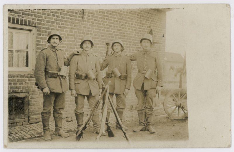 Carte photo - Soldats Allemands - Stahlhelm - photographie Guerre 14/18 - Front - Masque à Gaz