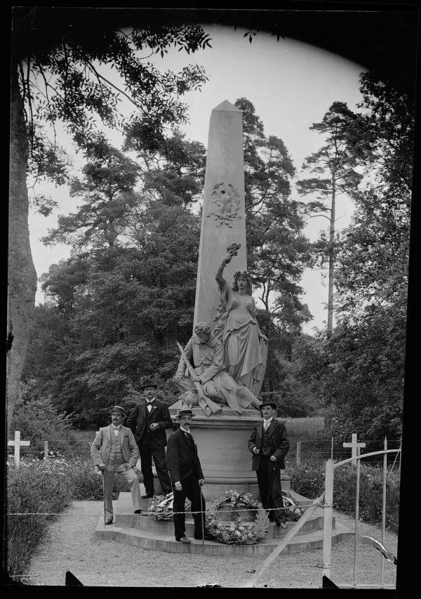 2 Photos Plaque De Verre - Monument de Borny - 1870 - 1880 - Famille - Militaire - Guerre 1870 - Metz - Siège