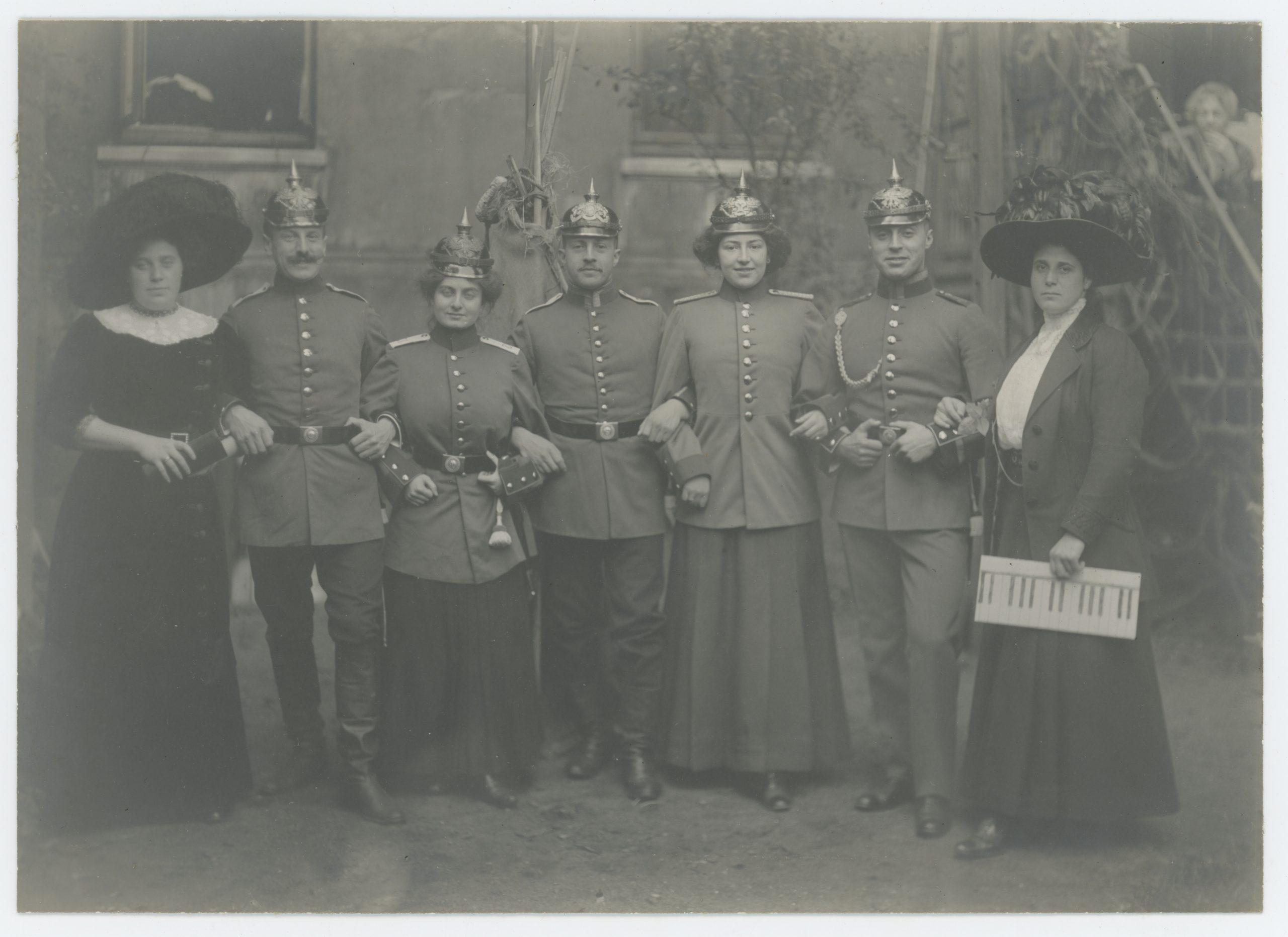 Belle Série Ancienne 4 Photographies - Guerre 1905 - 14/18 - Armée Allemande - Vie de Famille - Casque à Pointe - Jeu - Uniforme - Service Militaire