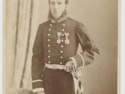 Grande CDV - Officier de la Marine - Soldat - Français - Sous-commissaire (assimilé au lieutenant de vaisseau, 3 galons) à la fin du 19e siècle - 1889 - Uniforme de la Marine Française - Photographe Allan Hughan Nouméa